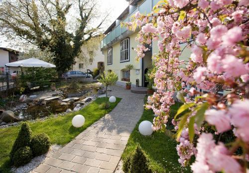Ein Garten an der Unterkunft Hotel Rosenvilla