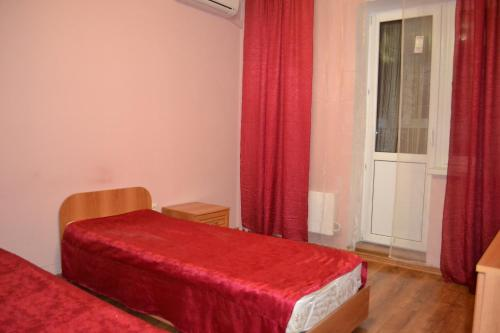 Кровать или кровати в номере Apartamenty Revolutzii 1905 goda 11 th floor