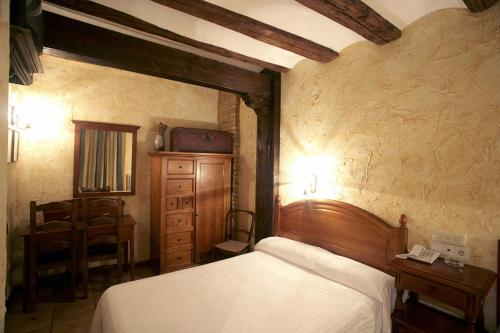 A bed or beds in a room at Hotel Rural Bidean