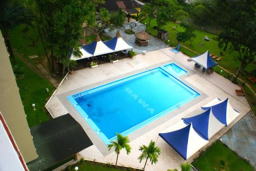 A view of the pool at Hôtel Sawa or nearby