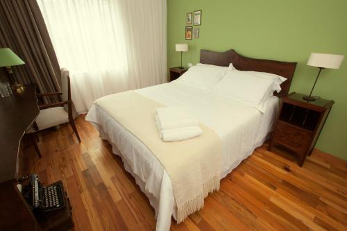 A bed or beds in a room at Alma Histórica Boutique Hotel