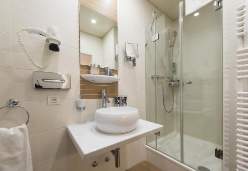 A bathroom at La Cour Des Augustins Boutique Gallery Design Hotel