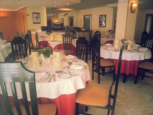 A restaurant or other place to eat at Hotel La Brañina