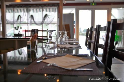 A restaurant or other place to eat at Fasthotel Carcassonne