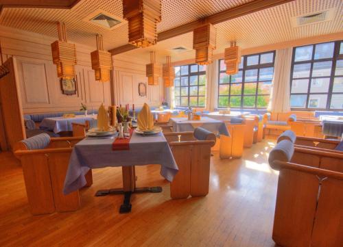 Ein Restaurant oder anderes Speiselokal in der Unterkunft Meister BÄR HOTEL Wunsiedler Hof