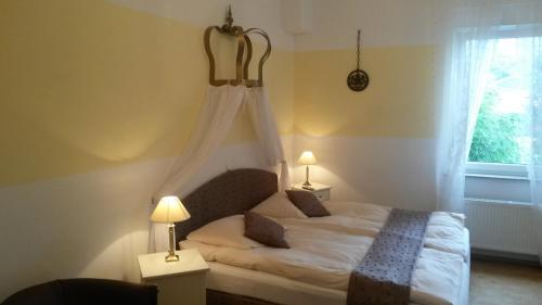 "A bed or beds in a room at Gästehaus ""Zum Schmidt'e Richard"""