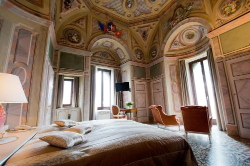 A bed or beds in a room at Romantik Hotel Castello Seeschloss