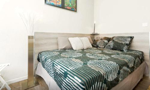 A bed or beds in a room at Studio Vue Palais des Papes