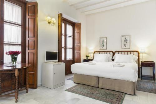 A bed or beds in a room at Hotel Amadeus Sevilla