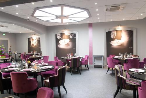 A restaurant or other place to eat at Hôtel de France