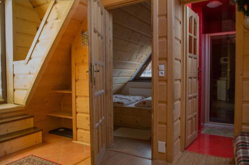 Łóżko lub łóżka piętrowe w pokoju w obiekcie Willa Jafer - Zakopane Centrum