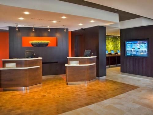 The lobby or reception area at Courtyard by Marriott Charleston Downtown/Civic Center