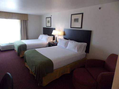 A bed or beds in a room at Holiday Inn Express Syracuse-Fairgrounds
