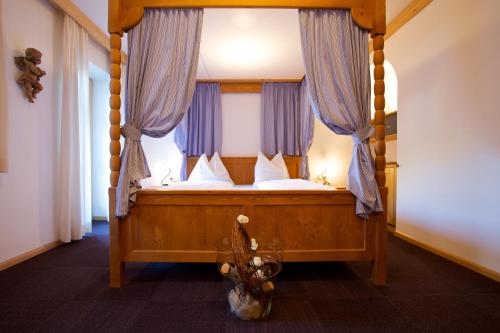 A bed or beds in a room at Hotel Restaurant Pardeller