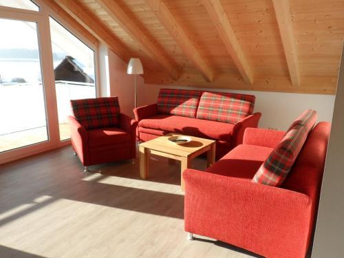 Ein Sitzbereich in der Unterkunft Ferienwohnungen Hopfensee
