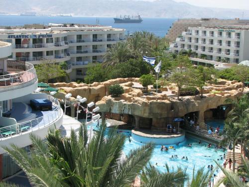 Uitzicht op het zwembad bij Club Hotel Eilat - 5 Stars Superior of in de buurt