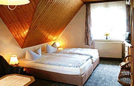 Ein Bett oder Betten in einem Zimmer der Unterkunft Pension Fröhlich
