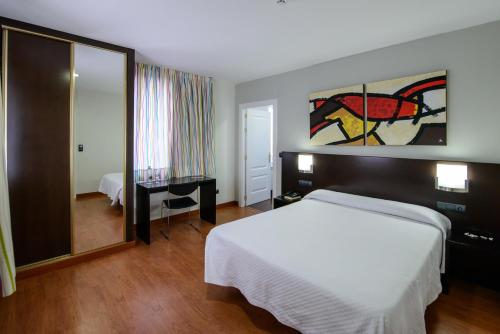 A bed or beds in a room at Hotel El Paso Honroso