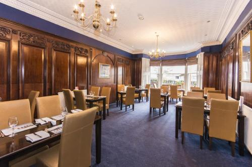 A restaurant or other place to eat at Royal Mackintosh Hotel