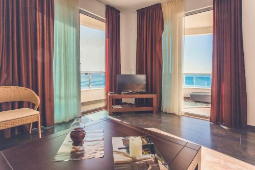 TV i/ili multimedijalni sistem u objektu Love Live Hotel