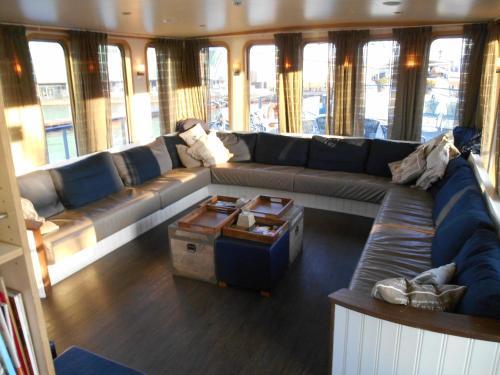 Coin salon dans l'établissement Hotelboat Iris