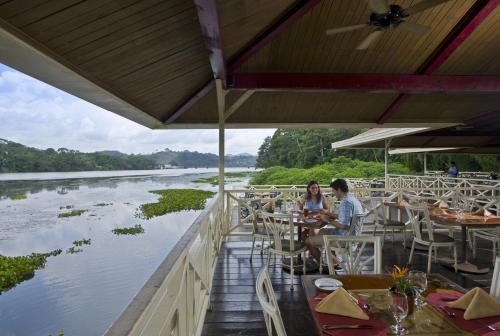 Ein Restaurant oder anderes Speiselokal in der Unterkunft Gamboa Rainforest Reserve