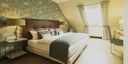 A bed or beds in a room at Weingut Hees - Landgasthof Zum Jäger aus Kurpfalz
