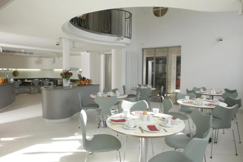 A restaurant or other place to eat at Hotel Berliner Hof