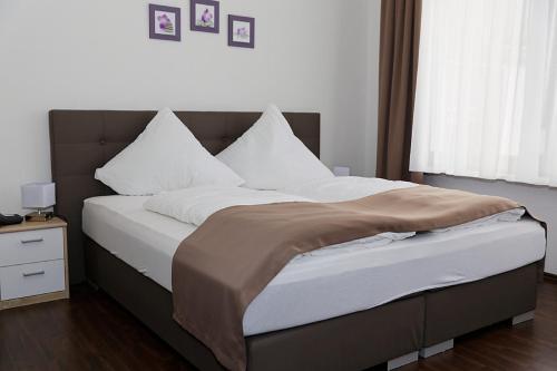 Ein Bett oder Betten in einem Zimmer der Unterkunft Hotel Hüttl - Garni