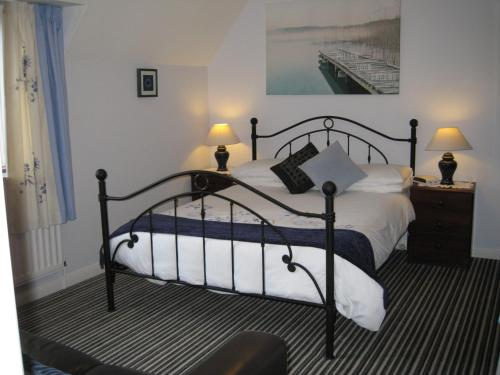 A bed or beds in a room at Trough Ivy House B&B