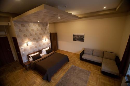 A seating area at SasOne Rooms