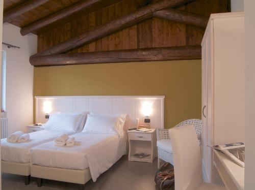 A bed or beds in a room at Agriturismo San Tommaso