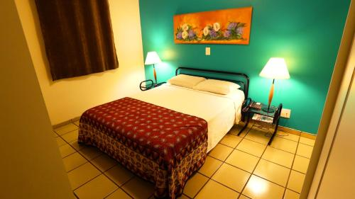 A bed or beds in a room at Mansoori Apart Hotel I
