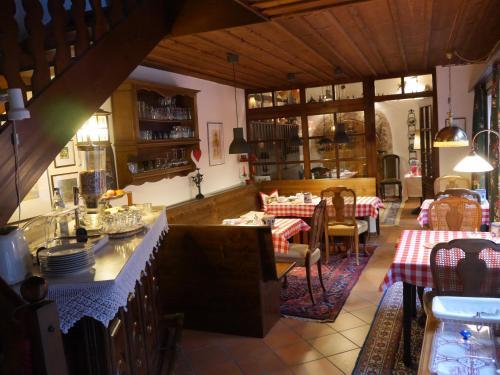 Ein Restaurant oder anderes Speiselokal in der Unterkunft Dinkelsbühler Kunst-Stuben