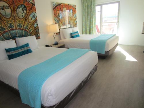 A bed or beds in a room at Carousel Beach Inn