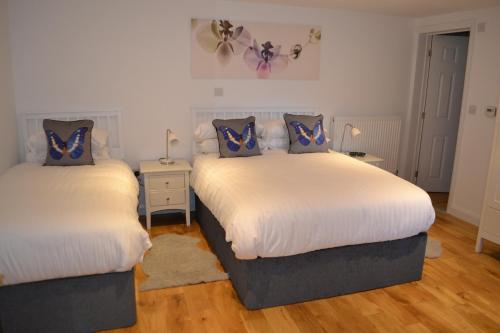 A bed or beds in a room at The Queen's Head Hotel