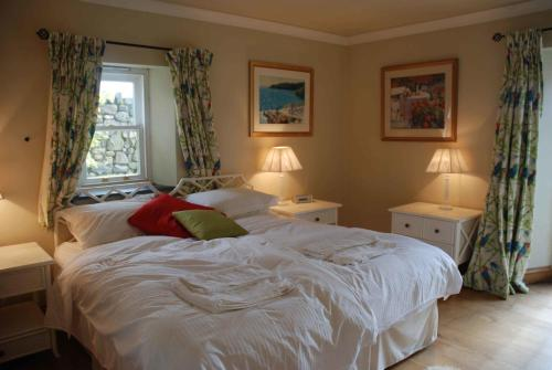 A bed or beds in a room at The Elephants Nest Inn