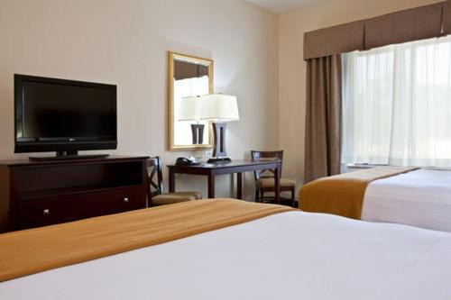A bed or beds in a room at Holiday Inn Express Hotel & Suites Chicago Airport West-O'Hare