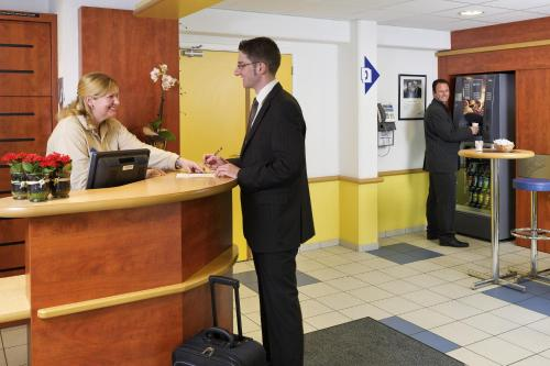 The lobby or reception area at ibis budget Aachen Raeren Grenze