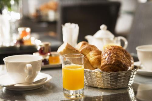 Breakfast options available to guests at Hotel du Champ de Mars