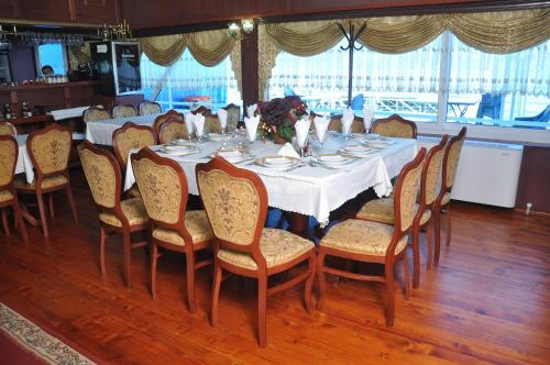 A restaurant or other place to eat at Hotel Brod Panini Veles