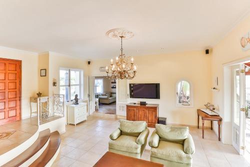Uma área de estar em Bayview Villa
