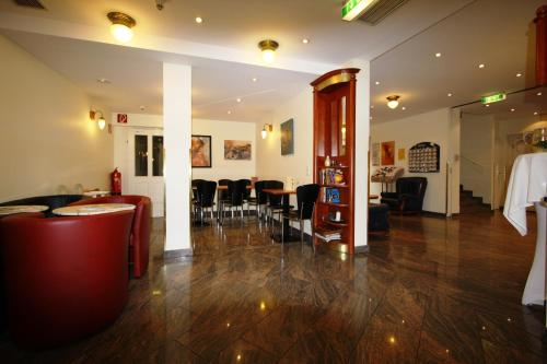 A restaurant or other place to eat at Suite Hotel 900 m zur Oper