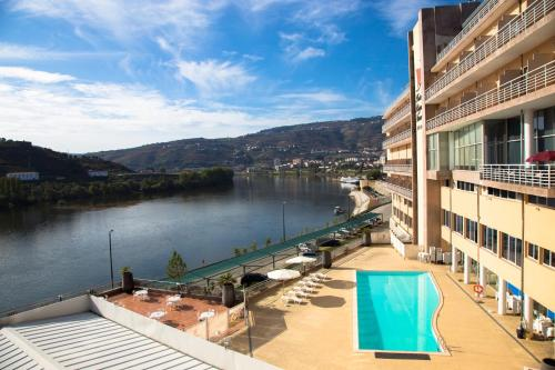 Ein Blick auf den Pool von der Unterkunft Hotel Regua Douro oder aus der Nähe