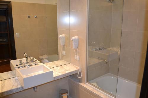 A bathroom at Amérian Tucuman Apart & Suites
