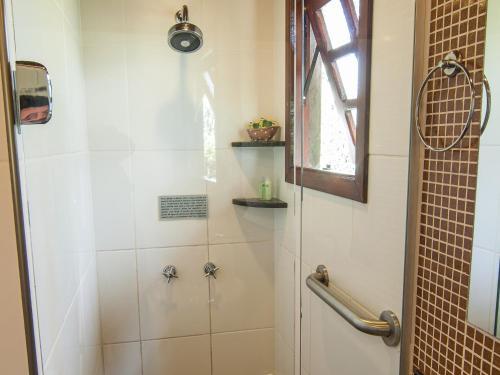 Um banheiro em Pousada Aguia Dourada