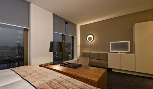 A television and/or entertainment centre at COSMO Hotel Berlin Mitte