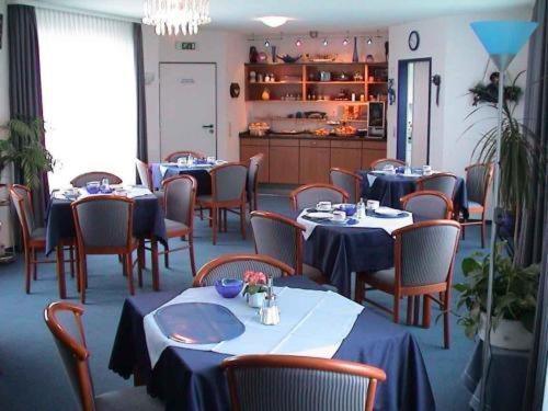 A restaurant or other place to eat at Hotel Garni Kreuzäcker