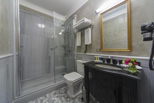 A bathroom at Meroddi Bagdatliyan Hotel