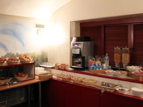 Кухня или мини-кухня в Newhotel Saint Lazare